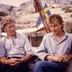 Två vänner i en segelbåt på midsommar